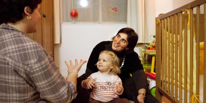 A Fresnes (Val de Marne), le 29 octobre 2012. Laura et Céline (à droite) ont recouru à la procréation médicale assistée en Belgique pour avoir la petite Zoé.