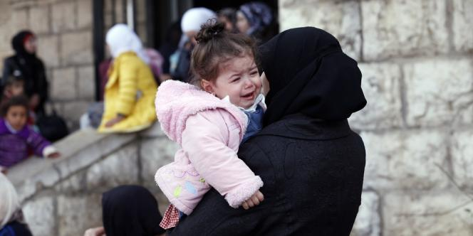 Une Palestinienne, ex-réfugiée au camp de Yarmouk, en Syrie, attend à l'entrée du bureau libanais de contrôle de l'immigration, à Al-Masnaa, à la frontière libano-syrienne, le 18 décembre.