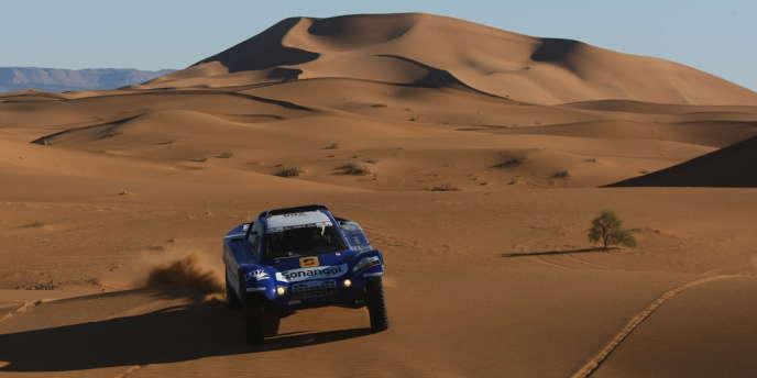 Jean-Louis Schlesser au volant de son célèbre buggy bleu, à l'attaque de la dune de Merzouga, au Maroc.
