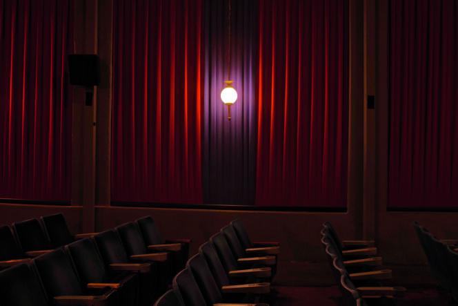 Tarantino fréquente  le New Beverly comme spectateur depuis les années 1980. En 2010, alors que la salle est menacée de fermeture, le réalisateur rachète ce temple de  la cinéphilie.