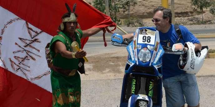 Le motard italien Manuel Lucchese et un spectateur du Dakar, le 4 janvier à Lima.