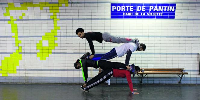 Les membres de l'équipe BarTigerzz dans une démonstration étonnante de pompes, sur un quai de métro parisien.