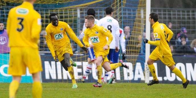 Les joueurs d'Epinal célèbrent leur exploit contre l'OL, le 6 janvier.