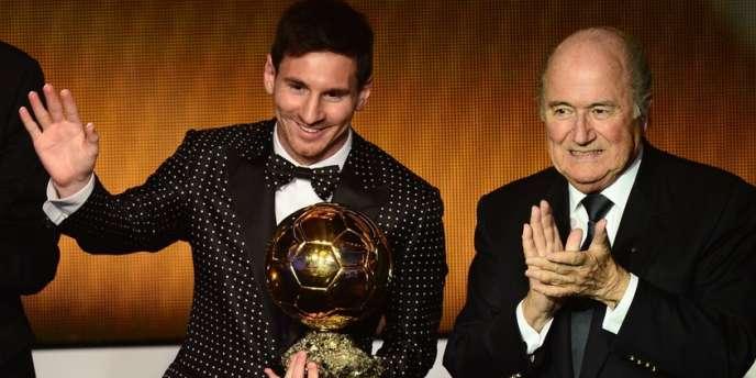 Lionel Messi, habillé pour l'occasion, reçoit son 4e Ballon d'or consécutif des mains du président de la FIFA, Sepp Blatter.
