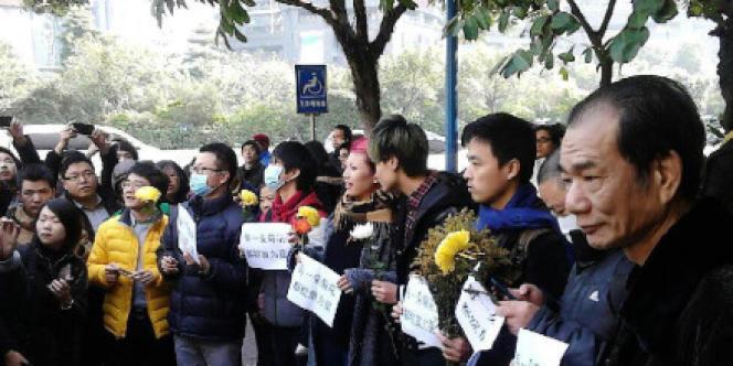 Des manifestants se rassemblent lundi 7 janvier à Canton en soutien à l'hebdomadaire