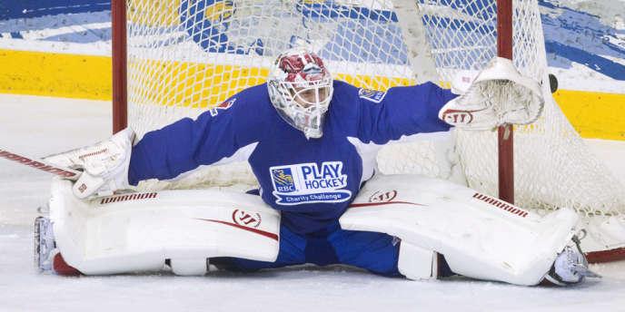 Le gardien suédois Jonas Gustavsson lors d'un match de charité à Toronto le 19 décembre, reprendra la LHN le 15 janvier.
