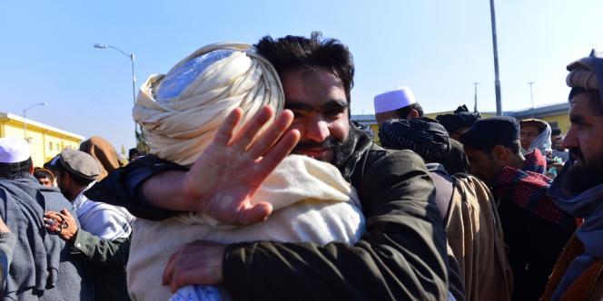 Un taliban libéré embrasse un de ses proches, le 4 janvier à la prison de Pul-e-Charkhi.