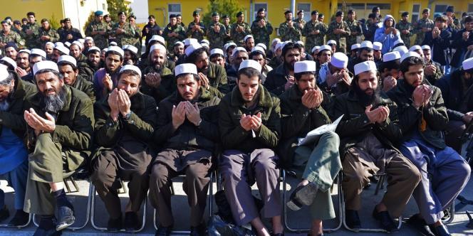 Des talibans libérés à la prison de Pul-e-Charkhi. Au second plan, des soldats de l'Armée nationale afghane.