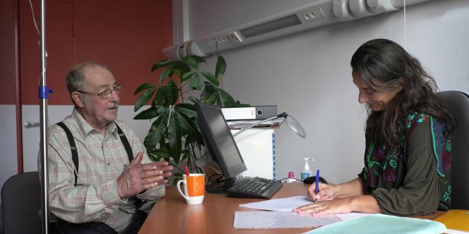 M. Gilles, patient de l'hôpital Louis-Pasteur à Chartres, avec la biographe Valéria Milewski.