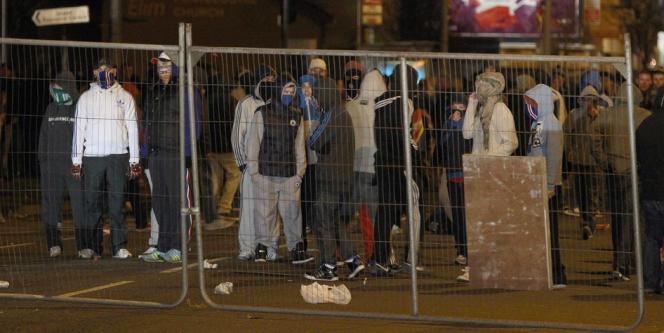 Une centaine de manifestants, au visage cagoulé pour la plupart, s'en sont pris aux forces de l'ordre dans l'est de la capitale nord-irlandaise.