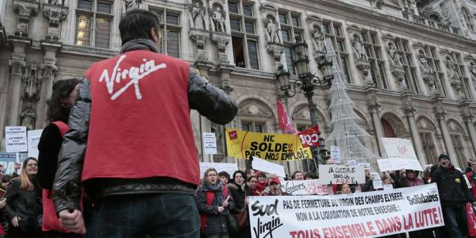 Plusieurs centaines de salariés de l'enseigne se sont rassemblés, mercredi 9 janvier, devant l'hôtel de ville de Paris, pour défendre leur emploi.