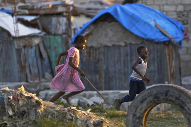 Des enfants jouent dans un bidonville de Port-au-Prince. L'habitat informel se développe à nouveau dans la capitale haïtienne.