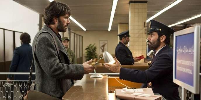 Ben Affleck (à gauche) campe un agent tenace et discret, Tony Mendez, sacrifiant sa vie de famille pour le bien de la nation.