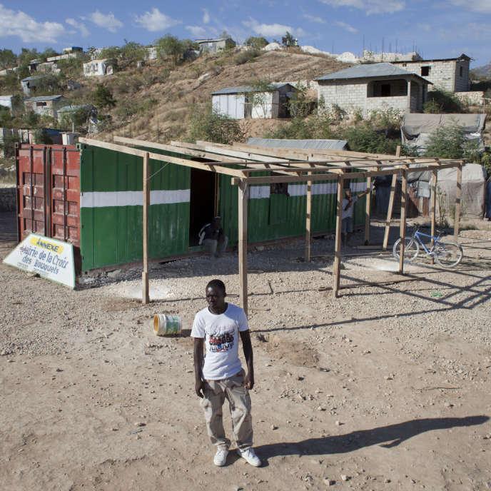 Dans le bidonville de Canaan, à une quinzaine de kilomètres de Port-au-Prince, Louis Evenson, représentant des réfugiés de ce secteur, devant un conteneur hébergeant la mairie annexe.