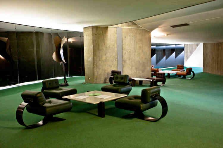 Avec ses courbes chères à Niemeyer et son hall d'entrée en sous-sol, l'immeuble collectionne les surprises architecturales. Les piliers-porteurs (dont l'un est visible ici au fond) sont la seule structure droite de l'édifice.