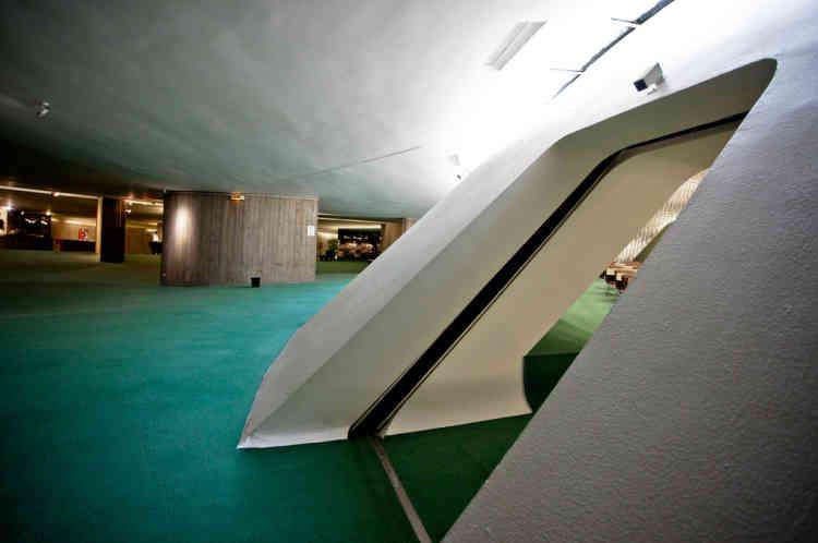 La première - et sans doute la plus célèbre - est la coupole blanche, caractéristique du siège du PCF, qui prend naissance au sous-sol. Pour des raisons de financement, elle ne fut construite qu'en 1980.