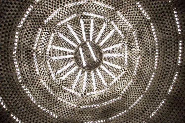 Son plafond, composé de milliers de lamelles métalliques, restitue une lumière quasi-naturelle et l'accoustique y est remarquable.
