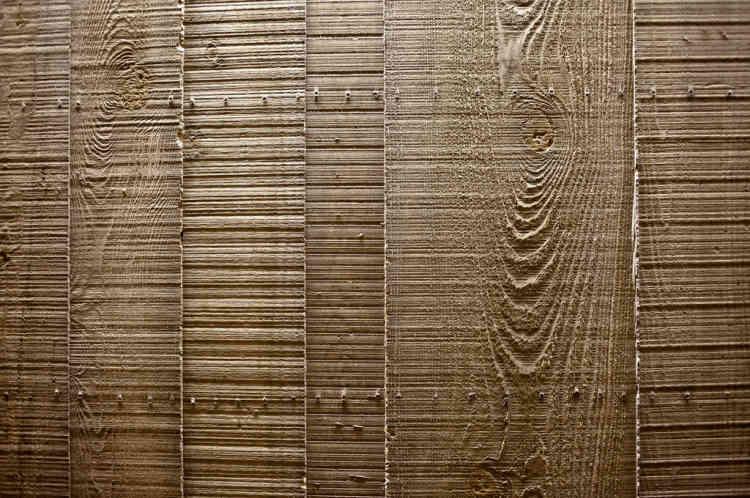 """Quatre matériaux ont été utilisés par l'architecte : le béton, le verre, le fer et la céramique. Ici, la technique empruntée à Le Corbusier est celle du """"brut de décoffrage"""" : le béton garde l'empreinte du bois dans lequel il a été coulé."""
