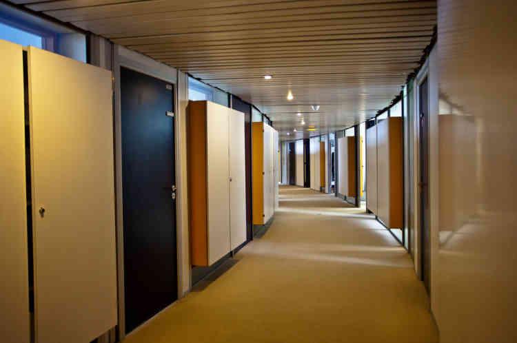 Dans les couloirs incurvés, Niemeyer a imaginé des armoires suspendues qui laissent passer, en dessus et en dessous d'elles, la lumière naturelle.