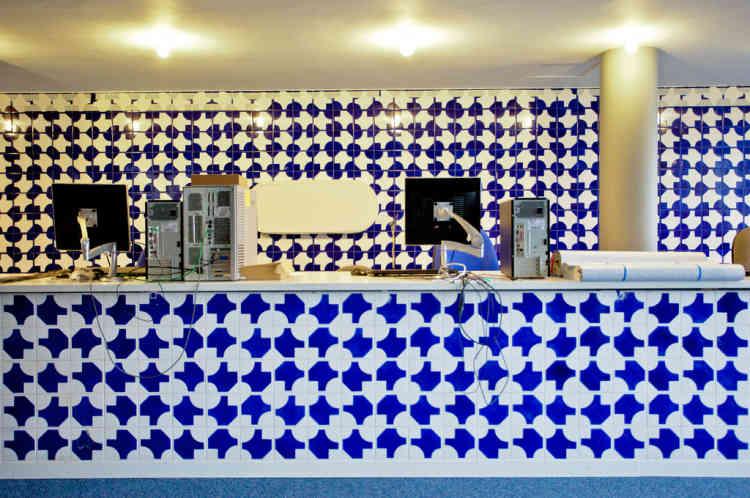 Au dernier étage, l'ancien réfectoire, orné d'azulejos, a été repensé pour laisser place à une bibliothèque.