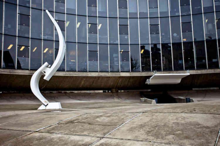 L'histoire veut que le siège du PCF ait été esquissé en 1966 en seulement trois jours et à titre gracieux par Oscar Niemeyer, lui-même militant communiste ayant fui la dictature brésilienne deux ans plus tôt. Construit en 1970, le corps du bâtiment, en forme de vague, est sur pilotis et ne touche pas le sol.