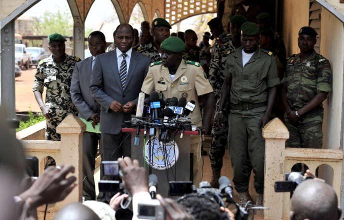 Le capitaine Amadou Sanogo (au centre)  s'adresse à la presse, dans le camp militaire de Kati, près de Bamako, le 1er avril 2O12, au lendemain du pustch qui a débarqué le président Amadou Toumani Touré.