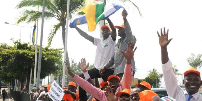 Des partisans du président centrafricain François Bozizé l'accueillent à Libreville, jeudi 10 janvier.