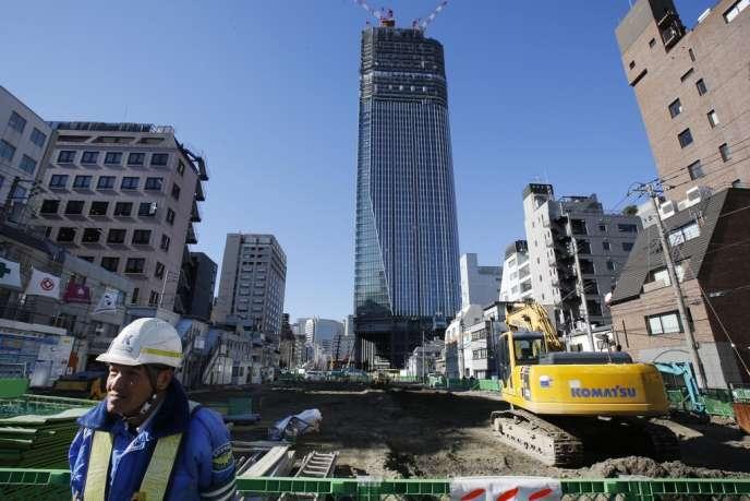 Sur un chantier de construction à Tokyo, vendredi.