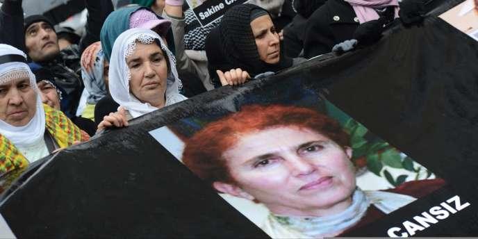 Des Kurdes brandissent la photo de Sakine Cansiz, vendredi 11 janvier à Istanbul.