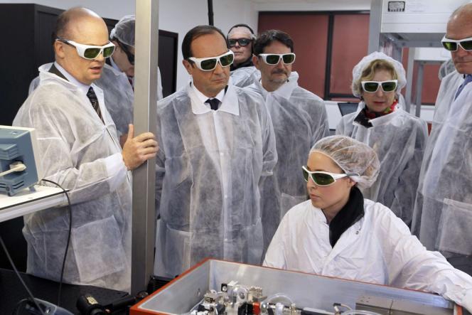 François Hollande équipé pour sa visite d'un laboratoire de chimie des polymères organiques, à Pessac (Gironde).