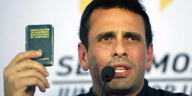 Le chef de l'opposition, Henrique Capriles, brandit la Constitution vénézuélienne, le 9 janvier à Caracas.