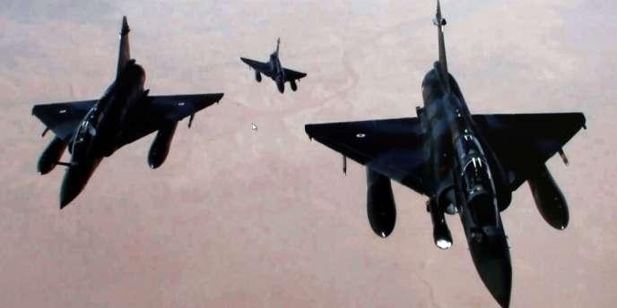 Les forces armées françaises mènent des raids dans le nord du Mali pour empêcher une offensive islamiste vers le sud du pays.
