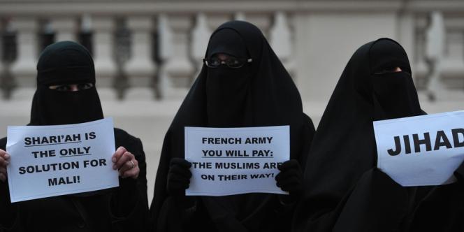 Une soixantaine de musulmans, dont une quinzaine de femmes en niqab, ont manifesté pacifiquement samedi devant l'ambassade de France à Londres pour protester contre l'intervention militaire.