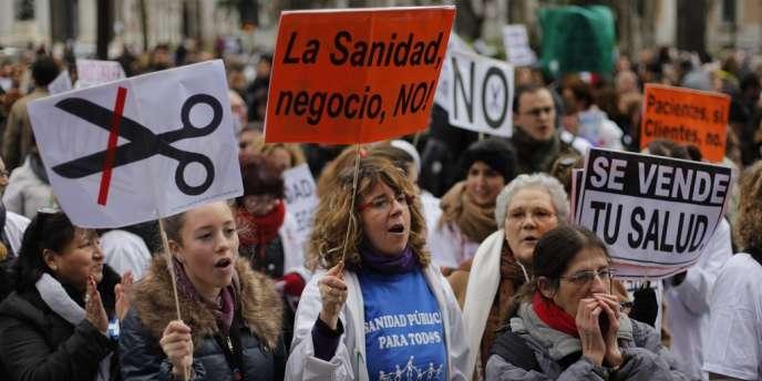 Une nouvelle manifestation réunissant plusieurs milliers de personnes a eu lieu, dimanche, pour protester contre un plan du gouvernement régional de privatiser la gestion de plusieurs hôpitaux et centres de santé publics.