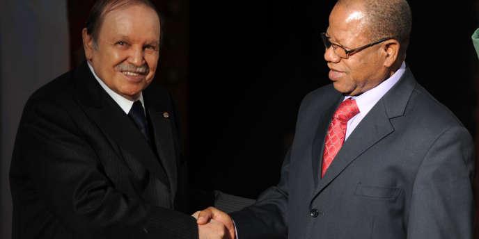 Le président algérien Abdelaziz Bouteflika accueille le premier ministre malien par intérim Diango Cissoko, lundi 14 janvier.