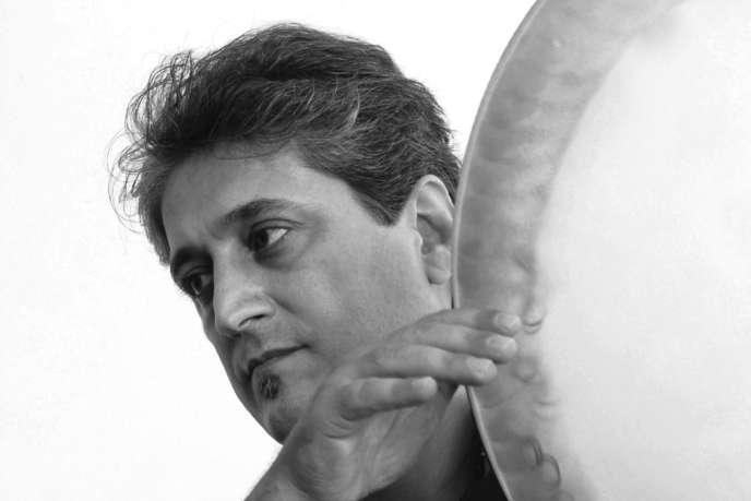 Le percussionniste iranien Bhenam Samani, l'un des membres du Dastan Ensemble.