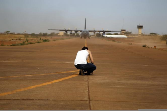 Un cameraman filme l'arrivée d'un avion militaire français à Bamako, mardi 15 janvier.