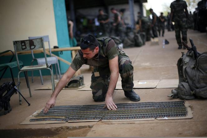 Un militaire française dans un hangar de la base de Bamako, mardi 15 janvier.