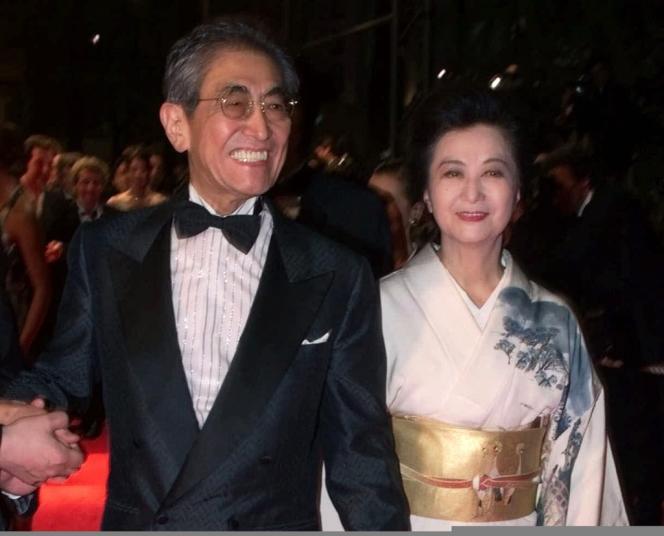 Le réalisateur Nagisa Oshima et sa femme au Festival de Cannes en mai 2000.