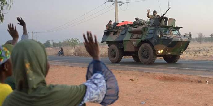 Des centaines de soldats maliens et français faisaient route mardi vers Diabali, prise la veille par des islamistes.