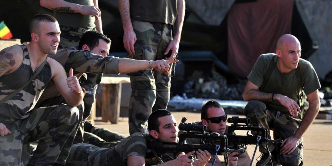 Des soldats français s'entrainent à la base aérienne de Bamako, lundi 14 janvier.