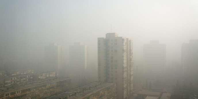 Samedi, dimanche et lundi, un épais brouillard extrêmement chargé en particules nocives a enveloppé le nord et l'est de la Chine, affectant les transports routiers, causant des annulations de vols dans les aéroports et une ruée sur les masques filtrants.