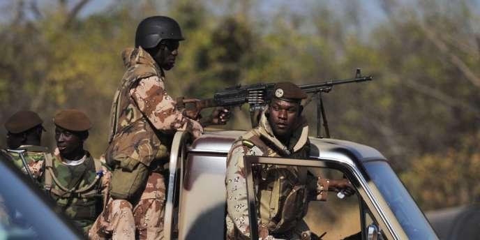 Des soldats maliens sur une base aérienne de Bamako.