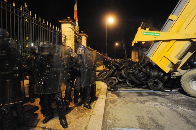 Au Mans (Sarthe), mardi soir, les agriculteurs ont déversé des pneus devant la préfecture.