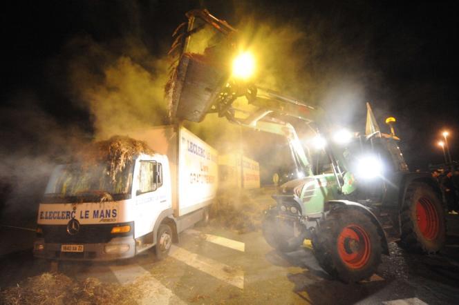 Des agriculteurs déversent du fumier au Mans dans la nuit de mardi à mercredi 16 janvier.