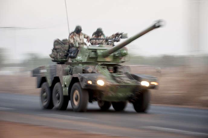 Blindé léger d'un convoi d'une colonne de trente de véhicules militaires français en provenance d'Abidjan (Côte d'Ivoire). Les colonnes sont arrivés à Bamako, au Mali, lundi 14 janvier, dont certains se dirigeaient, mercredi 16 janvier 2013, vers le nord du pays, pour rejoindre Diabali.