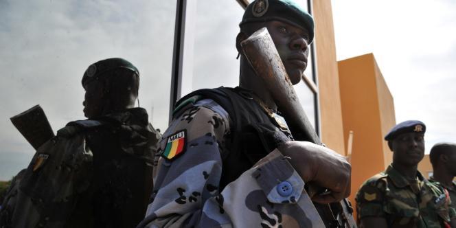 Un gendarme malien surveille une rencontre des chefs d'état-major à Bamako, mardi 15 janvier.