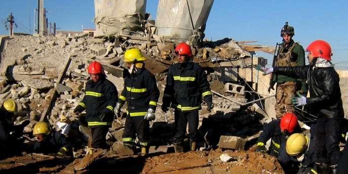 Des pompiers cherchent des survivants après l'attentat contre le siège du Parti démocratique du Kurdistan, à Kirkouk, le 16 janvier.