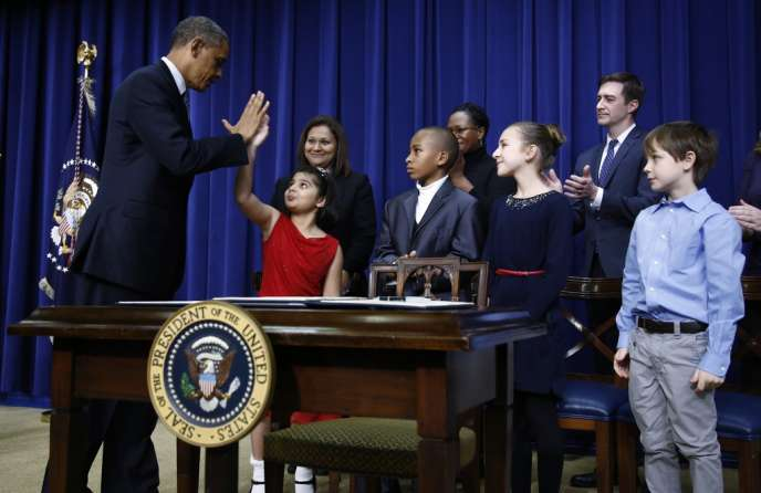 Barack Obama en compagnie d'enfants lui ayant écrit pour réclamer un meilleur contrôle des armes à feu, mercredi 16 janvier à Washington.