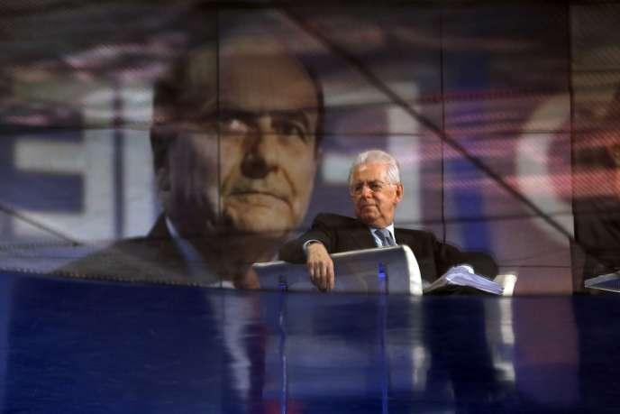 Le président du conseil Mario Monti, sur un plateau de télévision de la RAI, lors de l'émission